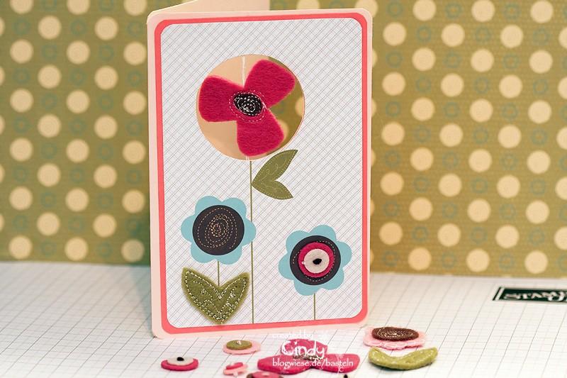 Grußkarte mit Filzblümchen und Designpapier