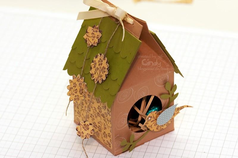 Milchkarton in Form eines Vogelhaus mit der Two-Step-Vogelstanze