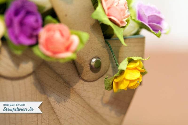 Nähkorb aus Papier gefüllt mit Blumen 4