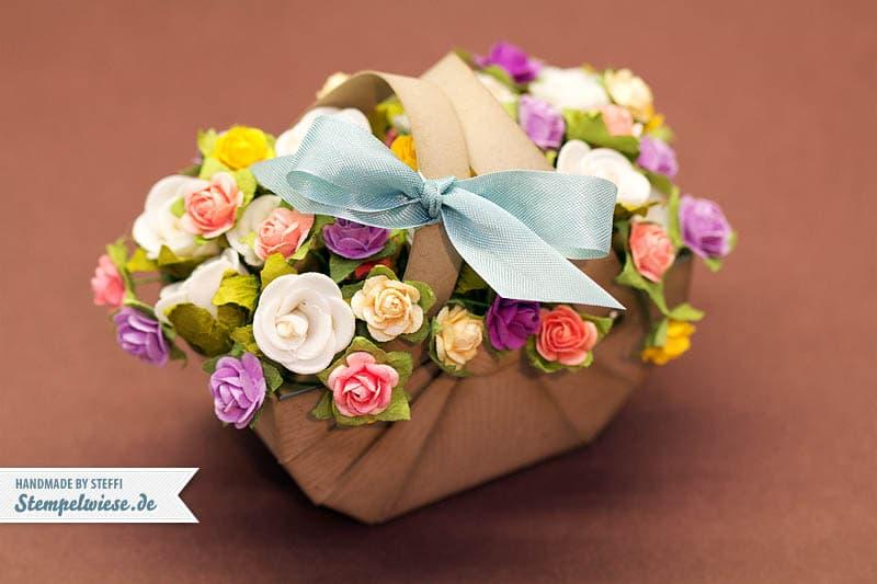 Nähkorb aus Papier gefüllt mit Blumen 2