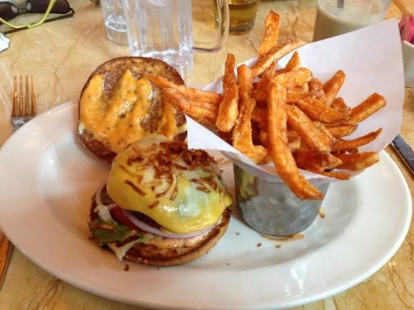 Cheesburger mit Süßkartoffeln Pommes