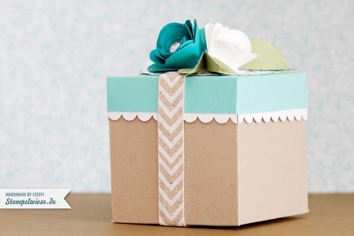 Box mit dem Falz- und Stanzbrett für Umschläge