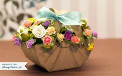 Nähkorb aus Papier gefüllt mit Blumen