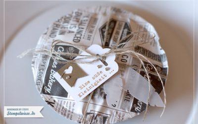 Kekse in Zeitungspapier verpackt