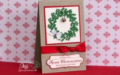 Weihnachtskarte mit Weihnachtskranz und Glöckchen