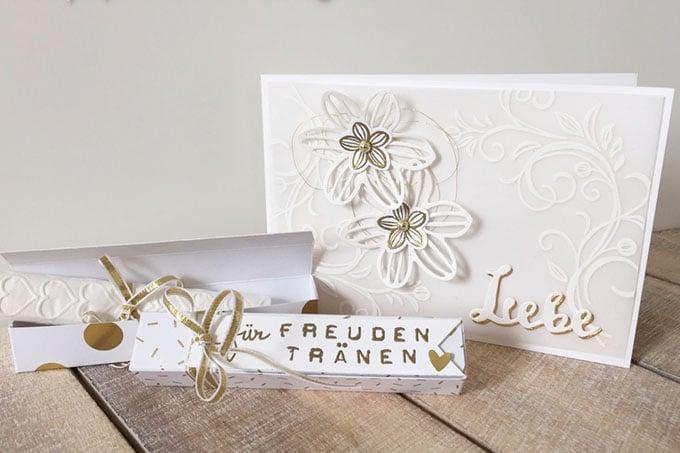 Freudentränen und Hochzeitskarte