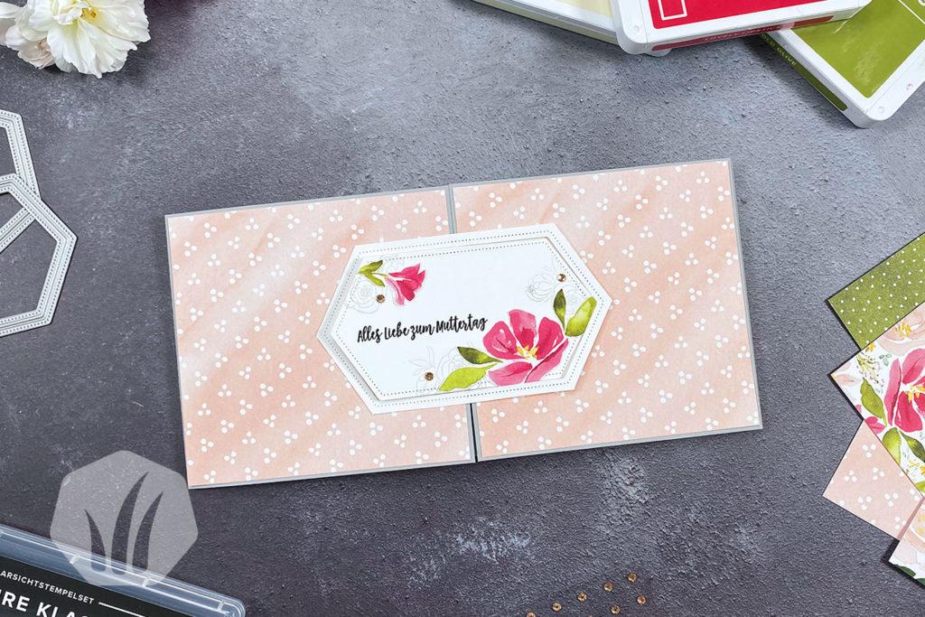 Mutteragskarte mit Blumen und Verschluss