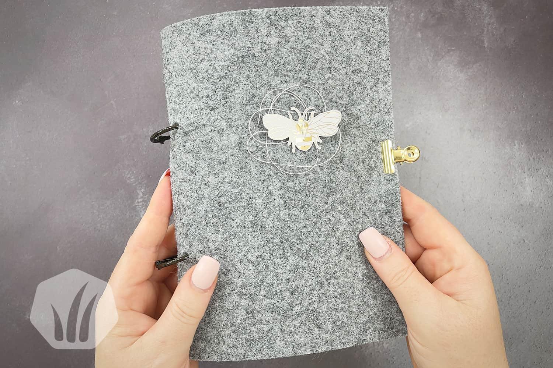 Minialbum mit Filz und dem Papier Bienengold